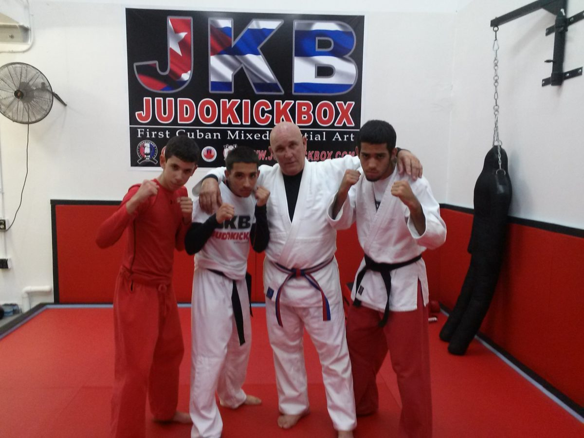 Profesor Mnuel Mijares ex-comisionado de judo de la isla y los jovenes del JKB en USA